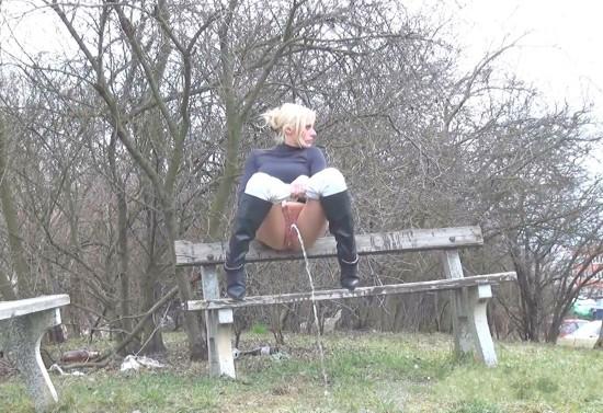 video blonde sprinkler 1080 got2pee
