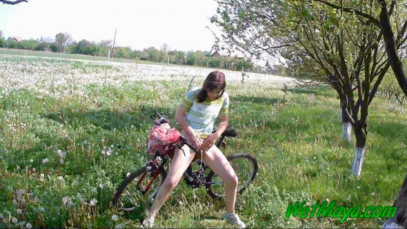 Desperate to pee on her bicycle-0-05-10-762
