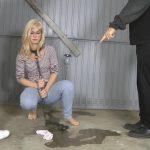 Sophie – Garage pee. Amateure Xtreme.