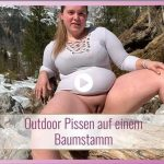 KimberlyCaprice – Outdoor pissing on a tree trunk. MDH.